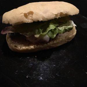 Burger Madeleine : pain ciabatta maison, steak haché de viande bio limousine, cornichon du jardin, fromage de chèvre de la ferme d'à côté et sauce maison